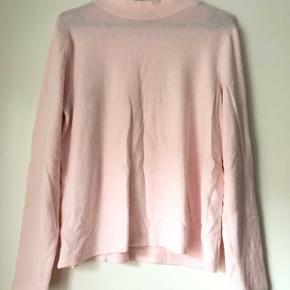 Str.: small.  Lyserød, blød trøje i behageligt materiale. Brugt nogle gange, men er i god stand.