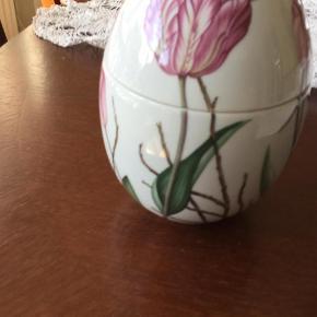 Varetype: Bonbonniere stående 2015 jubilæum tulipan uden æske kun 1295 kr Størrelse: 16 Farve: Se billederne  Royal bonbonniere stående  2015 jubilæums TULIPAN  Mål 16 cm  Desværre ingen æske ( sælges billigt for en veninde 1195kr afhentet)  Den har kun stået i vitrineskab til påske  Ts =+59;95  Pakker godt ind sender med gls +45 kr Prisen er fast  Mobile pay haves  Bytter ikke