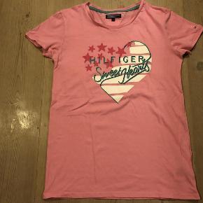 Varetype: T-shirt.    Størrelse: 176 Farve: Lyserød   T-shirt fra TH, brugt 1 gang så er som ny.