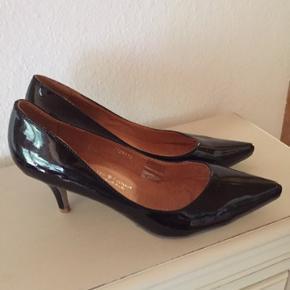Flotte og fine sorte lak Stilletter Mrk Friis & Company, str 40, hælgøjde 7,5 cm, brugt 2 gange til fest. Sælges da jeg kun kan gå i flade sko. Se også mine mange andre annoncer Kvaglund 6705 Esbjerg Ø