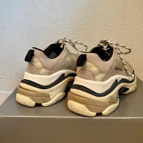 Sælger mine Balenciaga TripleS sneakers, da jeg ikke får dem brugt.  Skoene er købt på Farfetch og kvitteringen, skoæsken og nye snørebånd medfølger.