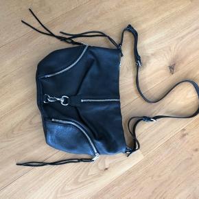 Fin crossbody i sort læder med sølv hardware.  Tasken er brugt men i fin stand. Der er lidt slid på lædersnorene men ikke på kanter eller bund. Der er slid på spændet på tasken, se billede. Derfor er prisen sat lavt.