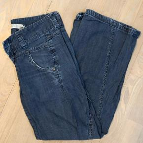 Tynde jeans med vidde ben i str. 27/32. Buksen er ca 97 cm lang og taljen er ca 38 cm