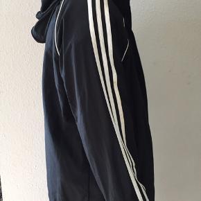 Stripperne er ikke så hvide som de er ny købt, ellers er jakken ok. Hætten kan sættes ind i jakken.