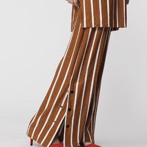 Super fine bukser fra By Malene Birger. Bukserne har kun været brugt få gange og fejler derfor intet.  OBS! Sælger også blusen i samme print :)