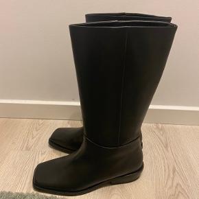 Helt nye støvler fra COS, aldrig brugt og stadig med prismærke.   Jeg nåede desværre ikke og bytte den og de er ikke lige mig.