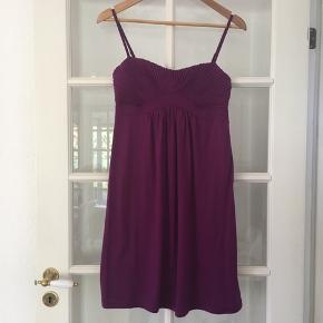 🌸 Løs kjole fra H&m str. 38 Brugt 5-6 gange.  Justerbare stropper og stivere i overdelen.   Kan hentes i Odense sv eller sendes mod betaling af Porto :)