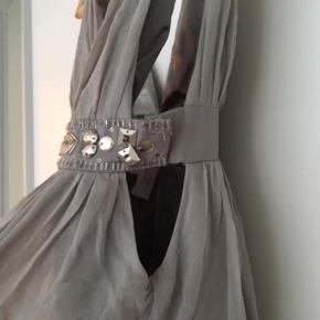 """Super sød kort kjole / tunika / lang top i babydoll snit. Virkelig fin med udsmykning under brystet af palietter, perler og sten.   Brugt få gange, men har et lillebitte nålehul fra en sikkerhedsnål i ryggen. Derfor er den angivet som """"god men brugt""""."""