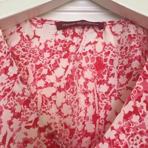 Fin top fra Franske Comptoir des Cotonniers i 100% silke. I den bedste ende af gmb uden huller, pletter, fnuller eller lign.  Længde: 62 cm fra nakken og ned. Brystmål: 49 cm på tværs fra armhule til armhule dvs 98 cm i omkreds. En fransk 38, så den er ikke stor i str. Passer bedst en lille 38 eller stor 36  Søgeord: silketop silke top bluse silk blouse t-shirt lyserød rød pink hvid blomstret blomster mønstret mønster.