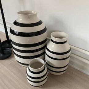 De meget populære vaser fra kahler. Den helt store gulvvase samt to andre vaser. 52 cm 38 cm og 21 cm. Den store har en lille bitte flig slået af oppe i kanten, men ses næsten ikke. Sælges samlet.