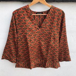 Skjorte  S/M Bryst 51 cm Fra skulder og ned foran 63 cm Fra skulder og ned bagpå 69 cm