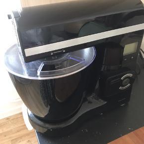 Røremaskine af mærket Royal.  Har været brugt få gange, men sælger den, da jeg ikke får den brugt nok.  Kraftig motor på 1800 watt og LCD display og en skål på 6,8L.  Kvittering haves.