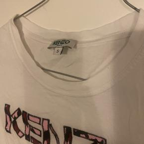 Sælger denne kenzo t-shirt jeg har fået i gave, da jeg synes den er lidt for lille til mig!  Brugt få gange