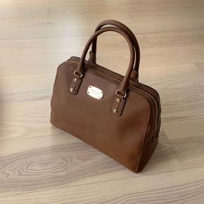 Lækker Michael Kors taske i tyk voksbehandlet kanvas. Meget smuk, kaffe/karamel farve.  Meget lidt brugt, fin stand.  Måler: b35 x h25 x d15 cm  Der er 5 indre små rum og et stort.
