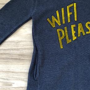 Rigtig fin strik, med et frisk statement - Wifi please 🙌🏻🙌🏻  Strikken er til den store side.  Se også mine andre annoncer. Har en hel del i den størrelse.   Nu kan man jo købe flere ting af samme køber, men kun betale én Porto.