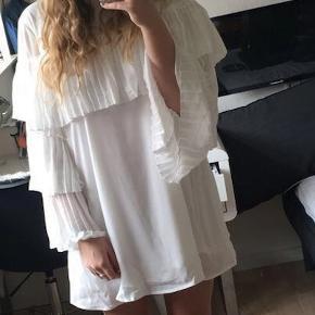 Super fin kjole med flæser, brugt 1 gang i meget få timer så fremstår som ny