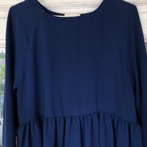 Super fin a line kjole i lidt oversized look. Den går mig til lige over knæet, jeg er 166.