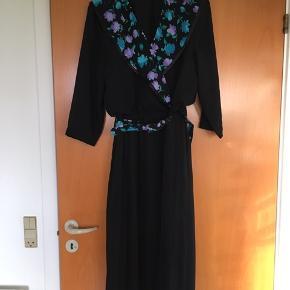 Fantastisk sød vintage / retro kjole. Passer en str 38. Kjolen er i perfekt stand. 100 % polyester. Plisseret underdel og bælte i taljen.