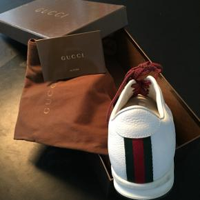 Sælger disse fede Gucci sneakers i str. 39,5. Standen er som ny. Alt org. tilbehør medfølger undtagen kvitteringen.  Kan hentes i Kbh eller sendes.