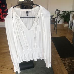 Brugt 1 gang! Sælger denne fine skjorte fra hm Da den stortest er ny, sælges den for 100 kr. Nypris var 200 kr.