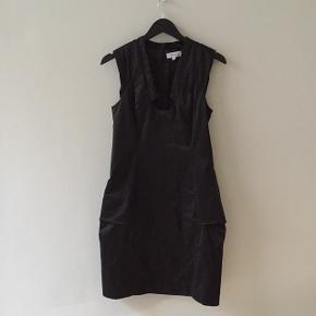 Smuk, stort, stram kjole fra SNOB med fine deltaljer i udskæring, ærme og hofte.