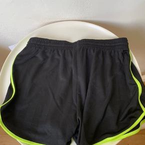 Sorte lidt loose lette korte shorts med neon grønne kanter fra UO i str. S. (Passes fra XS til M / 34-38 - se mål) Materiale er poly og model hedder Alexi og har elastikkant og bånd i taljekanten. Mål: Totallængde ca 34 cm målt midtpå. Bredde i taljekant ca 34 cm og kan stretches til minimum 45 cm. Bredde på det korte bukseben ca 32-32,5 cm. Sælges for under 1/2 pris plus Porto - (nypris 250) Hvis afhent 110 (Kan evt sendes for 20 som alm brevpost eller 29 som Quickbrev via Postnord)