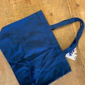 Kaws X Uniqlo  Som ny - Aldrig brugt  Lækker kanvas kvalitet, perfekt tote til hverdag eller ferien  300kr inkl forsendelse