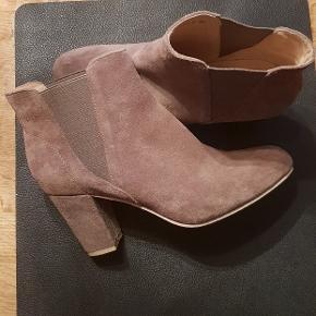 Ny sko stædig i skoæske. Str 38.