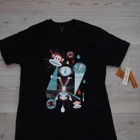 Varetype: Langærmet t-shirt Farve: Sort Oprindelig købspris: 279 kr.  Aldrig brugt, tags stadig på. Slå til pris 100,- pp. Handler gerne mobilepay. Æg til æg ca 47 cm. Længde fra skulder og ned ca 69 cm.
