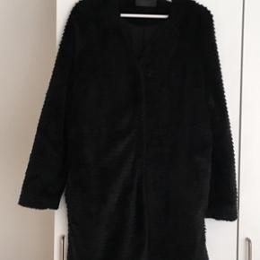 Jeg sælger min lækre Fake Fur pels frakke fra Storm og Marie. Passer str 36-38. Super til årstiden. Fremstår ny.