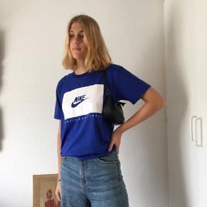 Nike t-shirt i en smuk blå farve Har en lille 'skramme', se billede 2  (HUSK, at der er fri fragt hele søndag d. 29!)  Prisen er ekskluderet fragt, afhentning kan også arrangeres.  Kom gerne med et kvalificeret bud, hvis du er interesseret, men finder prisen for høj