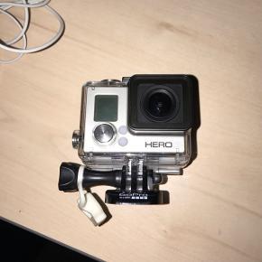 GoPro HERO 3  Sælger mit GoPro da jeg desværre ikke får det brugt. Det er som nyt og er kun blevet brugt på én ferie. Kvaliteten er super skarp!!  Selve huset medfølger, lader og ting til at sætte på diverse hjelme osv.   BYD endelig😀