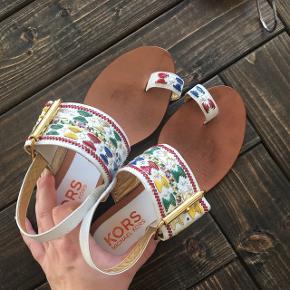 Super fine Michael Kors sandaler. Størrelsen svarer til en 38. Brugt lidt, men fortsat super fine. Nypris 1000kr