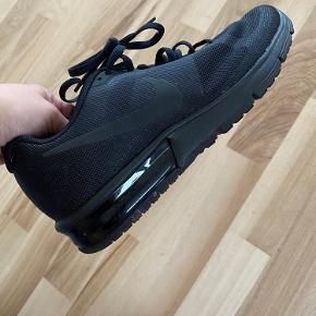 Nike sko i helt sort str 36,5. De er brugt men er pæn stand og fejler ikke noget.