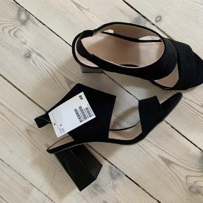 Høje sko fra H&M. De er mærket som str. 41, men er små i størrelsen og passer i stedet til en str. 40. Aldrig brugt. Køber betaler evt. forsendelse.