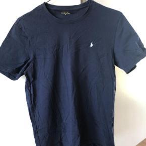 Varetype: T-shirt Farve: Blå Oprindelig købspris: 400 kr.  Kun vasket 1 gang... som ny  Bytter ikke  Handler via mobilepay og sender med dao