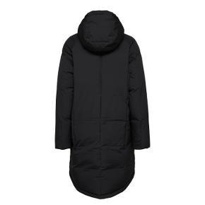 Meget flot jakke fra Selected Femme.  Dette vil helt sikkert holde dig varm om vinter. God hætte og lynlåslommer foran.  Den er lidt længere bagpå end foran og har en flot og pæn buet pasform bagpå.   50% nylon 50% polyester