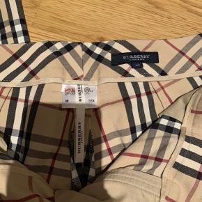 Sælger mine elskede Burberry bukser, da de er blevet for små. Det er en str L, men er lille i størrelsen, så den ville gå for en str 36-38. Der er ingen tegn på at de er brugte, og ser helt nye ud.  BYD  Cond: 10/10