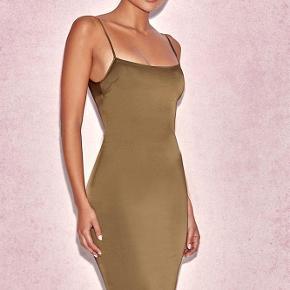 Brand: House of CB Varetype: Kjole Farve: Armygrøn Oprindelig købspris: 1300 kr.  Flot nytårskjole!💃🏻💃🏻💃🏻💃🏻 Denne kjole er kun brugt en enkelt gang, så den er så god som ny. Modellen på billedet bruger størrelse xs, men min kjole er small. Stoffet: stretch satin Kjole Længde: Ca. 90cm (Stropper ikke aftagelig)