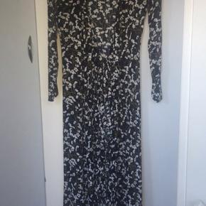 Kjolen er købt her inde af en anden bruger, men sælger den da jeg ikke kan passe den.  Den fejler ingen ting