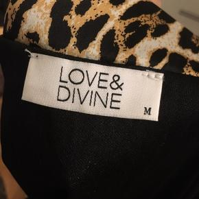 Smuk nederdel i leopardprint fra Love & Divine. Helt som ny.