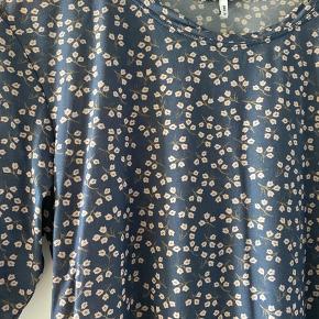 Rigtig fin t-shirt fra Ganni, brugt en enkelt gang, så den fremstår som ny. Lidt lille i størrelsen.