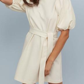 Virkelig fin kjole fra H&M. Aldrig brugt, prismærket er stadig på. Kan fx bruges til student og konfirmation.