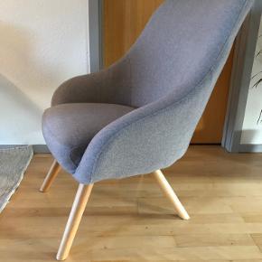 Lænestol fra Sinnerup.  Der er en enkelt skrue, der ikke kan skrues helt ind. Det er ikke noget, man lægger mærke til, og stolen står stabilt.