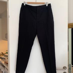 Leigh Cigarette Pant fra Inwear. Rigtig fine bukser i god kvalitet og let stof. De er købt i januar 2019 og brugt nogle gange men absolut ikke slidte. Sælges da de var lidt store til mig og jeg selv har købt dem igen i en mindre størrelse.