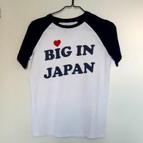T-shirt i hvid med mørkeblå ærmer og tryk fra Zoe Karssen.