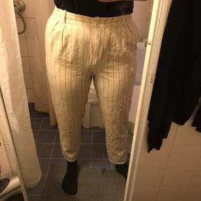 Lysegule fine bukser. Mangler en knap i livet