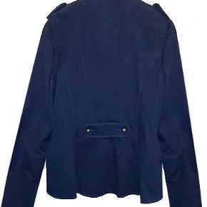Flot blå foret uniformsjakke fra H&M i str 42, brugt en enkelt gang. Jakken er i 100% bomuld.  Se også auktionen med den flotte nederdel der passer til
