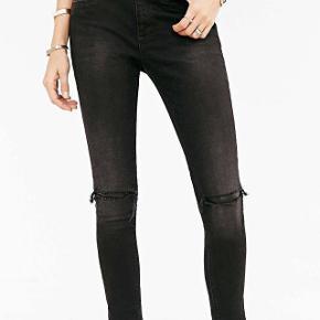 Ripped jeans, str. 29-30 m. sort skind under hullerne. Farve: washed black Oprindelig købspris: 1299 kr. De er str. 30, men måske lidt små i str., jeg bruger normalt 29.