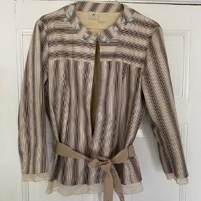 Sød jakke til det varme halvår! Elegant og fin- perfekt til en flot sommerkjole eller et par denim jeans 🔆 kan også passes af en M for et mere loose look eller S/M for oversized
